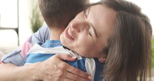Madre cari?osa que abraza a su hijo en casa almacen de video