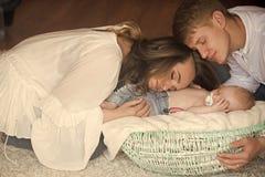 Madre, cesta del abrazo del padre con el hijo del bebé dormido fotografía de archivo