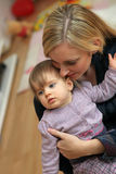 Madre che abbraccia amoroso il suo bambino Immagine Stock