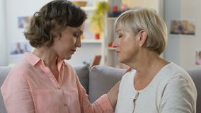 Madre che abbraccia e che conforta figlia, contribuente a superare le difficoltà di vita stock footage
