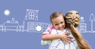 Madre che abbraccia figlia con i disegni della cucina Fotografie Stock Libere da Diritti