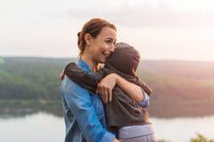 Madre che abbraccia il suoi figlio e gridare Fotografia Stock Libera da Diritti
