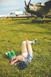 Madre che abbraccia l'aeroplano del bambino fuori di estate di stagione fotografie stock
