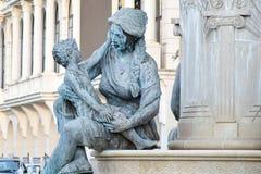 Madre che abbraccia un bambino Statua del bronzo di Olimpia Madre di Philip II fotografia stock