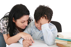 Madre che aiuta con il lavoro al suo figlio Fotografia Stock
