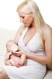 Madre che alimenta il suo bambino. immagine stock