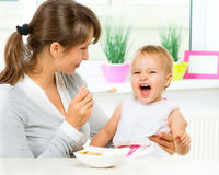 Madre che alimenta il suo bambino Fotografie Stock Libere da Diritti