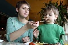 Madre che alimenta il suo figlio Fotografia Stock