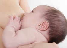 Madre che allatta al seno bambino appena nato Fotografia Stock Libera da Diritti