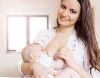 Madre che allatta al seno il suo bambino immagine stock libera da diritti