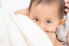 Madre che allatta al seno il suo bambino Il latte dal seno del ` s della madre è una n fotografia stock libera da diritti