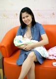 Madre che allatta un bambino fotografie stock