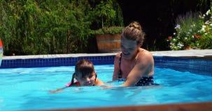 Madre che assiste figlia nel nuoto video d archivio