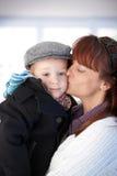 Madre che bacia bambino sveglio Fotografia Stock