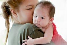 Madre che bacia la sua neonata neonata immagine stock libera da diritti