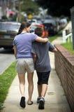 Madre che cammina con il figlio fotografia stock