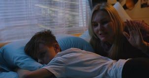 Madre che consola figlio triste stock footage