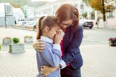 Madre che consola sua figlia gridante Cenni storici urbani immagini stock libere da diritti
