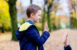 Madre che dà ciao-cinque il suo piccolo figlio fotografia stock libera da diritti