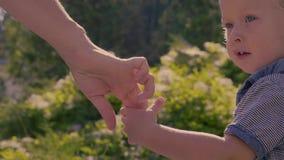 Madre che dà mano al suo neonato stock footage