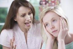 Madre che discute con la figlia adolescente Fotografie Stock Libere da Diritti