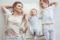 Madre che gioca con i suoi 2 bambini Fotografia Stock Libera da Diritti