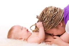 Madre che gioca con il bambino Immagini Stock