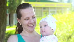 Madre che gioca con il bambino nel parco stock footage