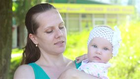 Madre che gioca con il bambino nel parco video d archivio