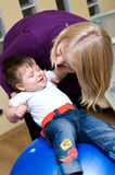 Madre che gioca con il figlio Fotografia Stock