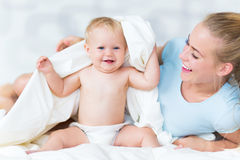 Madre che gioca con il suo bambino Immagini Stock