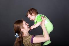 Madre che gioca con il suo piccolo figlio sveglio Fotografie Stock Libere da Diritti