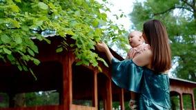 Madre che gioca con la sua piccola figlia stock footage