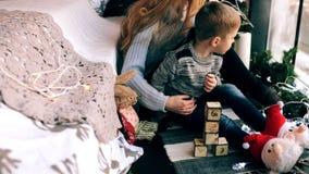 Madre che gioca con suo figlio video d archivio