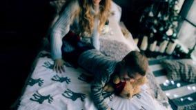 Madre che gioca con suo figlio stock footage
