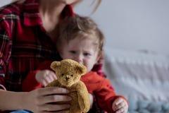 Madre che giudica un orsacchiotto disponibile immagine stock libera da diritti