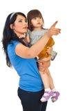 Madre che indica la sua piccola figlia Fotografia Stock