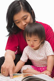 Madre che insegna alla sua bambina fotografia stock