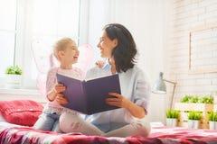 Madre che legge un libro Immagine Stock