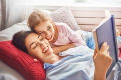 Madre che legge un libro Fotografia Stock