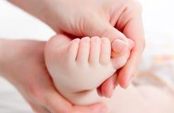 Madre che massaggia il suo bambino immagine stock libera da diritti