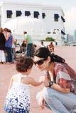Madre che parla al suo bambino fotografia stock libera da diritti