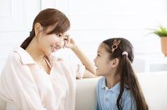 madre che parla con la bambina a casa fotografie stock libere da diritti
