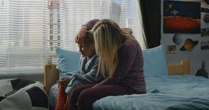 Madre che parla con la figlia video d archivio