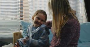 Madre che parla con la figlia archivi video