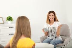 Madre che parla con sua figlia dell'adolescente immagini stock