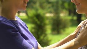Madre che prende cura del figlio, a relazioni basate a fiducia in famiglia, genitore fiero del bambino archivi video