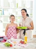 Madre che produce prima colazione per i suoi bambini Fotografia Stock