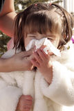 Madre che pulisce il radiatore anteriore ammalato dei bambini Fotografia Stock
