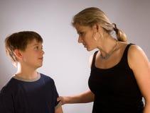 Madre che rimprovera il suo figlio fotografie stock